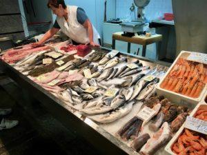 свежая рыба на рыбном рынке
