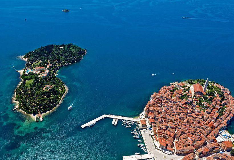 Вид на остров святой екатерины и старый город ровиня