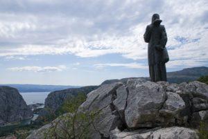 Статуя Милы Гойшалич и вид на Омиш